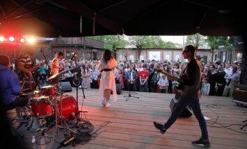 Foto: Kalnciema kvartālā atklāta brīvdabas koncertsezona