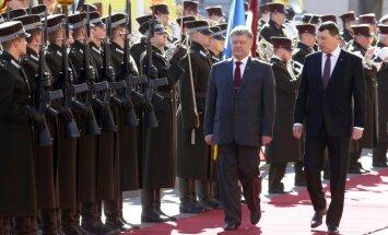 ФОТО: в Ригу прибыл президент Украины Петр Порошенко с супругой