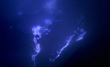 Latviešu ceļotāji dodas uz Javas vulkānu ar zilajām liesmām un sērskābes ezeru