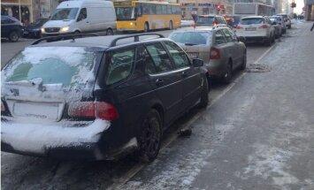 Foto: Pēc LAMB kritikas no Rīgas autostāvvietām ātri pazudis sniegs
