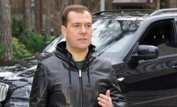 Medvedevs paziņo, ka katrai Krievijas ģimenei ir auto; statistika gan atklāj citu ainu