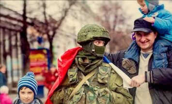 Video: Krievijas armijas koris dziesmā sumina 'zaļos cilvēciņus' Krimā