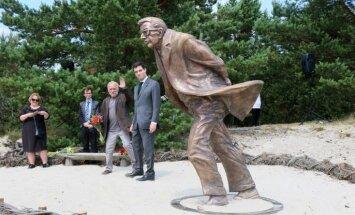Lietuvas Kuršu kāpās atklāta skulptūra Žana Pola Sartra vizītes piemiņai