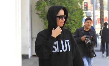 Ambera Rouza pa Losandželosu klīst provokatīvā džemperī