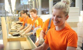 Foto: Kā Lietuvas rūpnīcā gatavo IKEA mēbeles