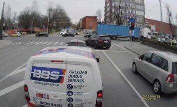 Video: 'BMW X5' krustojumu Rīgā vēsā mierā pārvar pie sarkanās gaismas