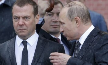 """Российские СМИ: """"громоотвод"""" Медведев сохранит все посты"""