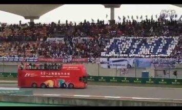 Video: Kimi Raikonena fanu 'armija' Ķīnas 'Grand Prix' tribīnēs