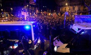 Foto: Katalonijā izceļas sadursmes par piecu katalāņu politiķu apcietināšanu