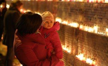 Pie Rīgas pils mūra uzstāda tērauda konstrukciju Lāčplēša dienas svecīšu izvietošanai