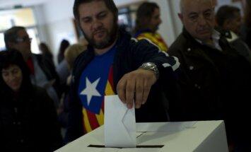 Spānija ar tiesas palīdzību vēršas pret Katalonijas simboliskā neatkarības balsojuma rīkotājiem