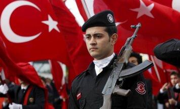 Jaunā sankciju vilnī Turcijā atlaiž 4000 ierēdņus