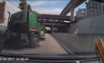 Video: Singapūrā kravas auto strauji maina joslu un izraisa avāriju