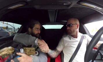 Video: 'Lamborghini' autovadītājs bezpajumtniekam uzsauc maltīti un viesnīcu