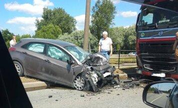 Foto: Kravas un vieglā auto sadursmē Liepājā viens cietušais
