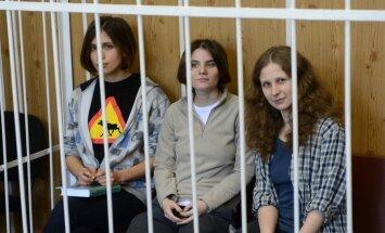 Tiesa 'Pussy Riot' mūziķēm par huligānismu piespriež divus gadus cietumā (plkst.18:19)