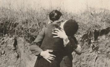 Publiskots unikāls Bonijas un Klaida skūpsta foto