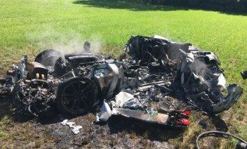 Foto: Stundu pēc 'Ferrari' iegādes autovadītājs Lielbritānijā avarē