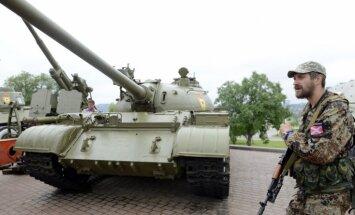 Ukrainas separātisti pulcinās armiju un ievada dzīvi 'kara sliedēs'