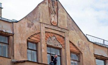 Krievijā reliģiskie fanātiķi no sena nama nodauza Mefistofeļa skulptūru; ierosināta krimināllieta