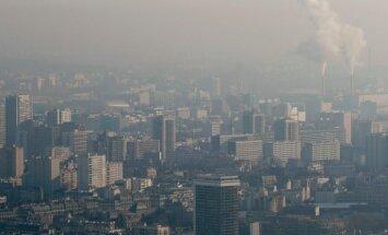 Foto: Parīze ietinusies smogā