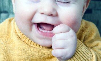 Kas jāzina vecākiem par mazuļa pirmo zobiņu kopšanu