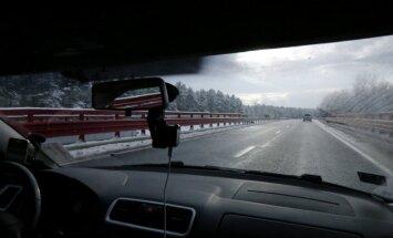 Sniegs apgrūtina braukšanu pa lielāko daļu valsts galveno autoceļu