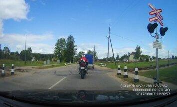 Video: Motociklists uzņem ātrumu un apdzen uz dzelzceļa pārbrauktuves Gulbenē