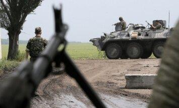 Ukrainas karavīri pirmo reizi apšaudīti no jūras; postenim uzbrucis ar sprāgstvielām pildīts auto