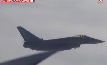 Video: Krievijas bumbvedēja komanda pie britu krastiem filmē Lielbritānijas iznīcinātājus