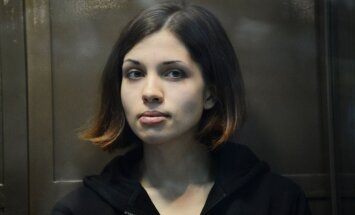 Notiesātā 'Pussy Riot' dalībniece Tolokoņņikova cietumā strādā par šuvēju