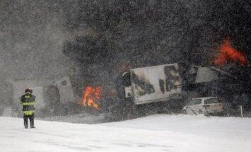 Foto: Mičiganas štatā sniegputeņa laikā avarē 193 automašīnas