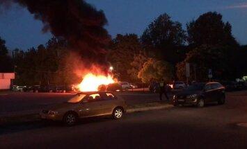 Foto: Purvciemā degušas piecas automašīnas, motocikls un motorollers