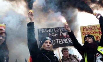 Foto: Tūkstošiem cilvēku Polijā protestē pret ieceri aizliegt abortus