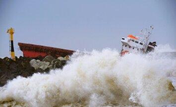 Francijas piekrastē kuģis uztriecas molam un pārlūst uz pusēm