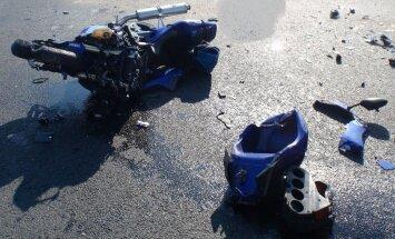 Avārijās cietuši divi motociklisti; abi nogādāti slimnīcā