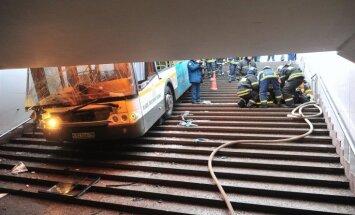 Maskavā satiksmes autobuss iegāzies pazemes pārejā, nonāvējot gājējus