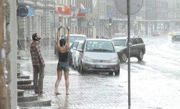 Tuvākajā diennaktī Latvijā gaidāmas stipras pērkona lietusgāzes