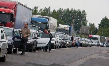 Uz Latvijas robežas ar Krieviju veidojas pamatīgas auto rindas
