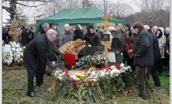 Mikhail Kasyanov, former Russian prime minister, at the grave of Boris Nemtsov