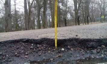 Bedres, lāmas un caurumi – Latvijas ceļi pavasarī autovadītāja acīm