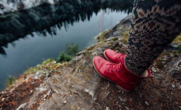 Šņores, kažokādas un sarkanā krāsa. Modes tendences apavu pasaulē