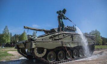 Foto: Slovēņu karavīri Ādažos demonstrē attīrīšanu no masu iznīcināšanas līdzekļiem