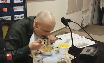 Baltkrievu sporta žurnālists pēc zaudētām derībām apēd avīzi