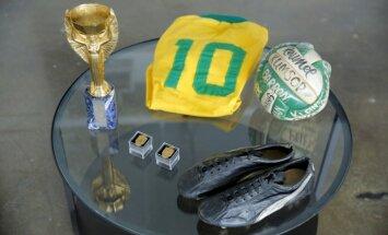 Pele izsolē pārdod savas trofejas