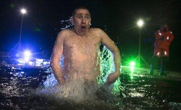 Foto: Pareizticīgie Kunga Kristīšanas svētkos mērcējas ledusaukstā ūdenī