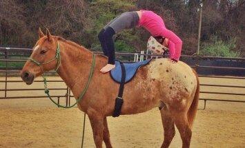 Jogas skolotāja sava tvirtā ķermeņa iegūšanai izmanto zirgu