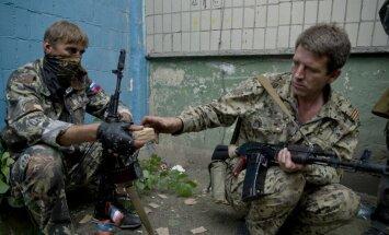 Krievijas tanki uzbrūk Luhanskas lidostai; ukraiņi atkāpjas