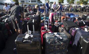 Kļūmes dēļ ASV lidostas skrejceļš nosēts ar tūkstošiem ceļojuma somu