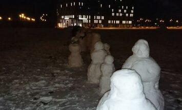Pie VID ēkas uzslieta sniegavīru 'armija'